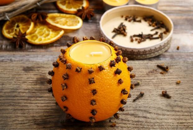 Las velas aromáticas. Su aroma le da una sensación agradable a tu nariz. Añade un toque especial con frutas como la naranja.