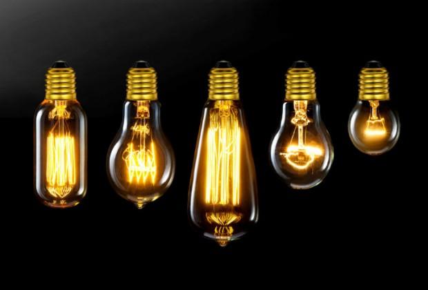 BOMBILLA. Aun cuando no se puede discernir a quién se le ocurrió la de idea de crearla, su invención se le atribuye a Thomas Alva Edison, quien ideo un sistema de iluminación funcional, con un generador, cables y una bombilla de filamento de carbono. La llegada de la luz a todos los hogares modificó patrones sociales y de productividad industrial.