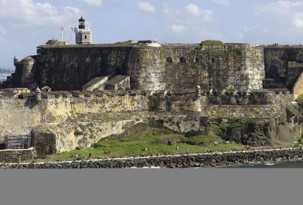 El Castillo San Felipe del Morro, en San Juan de Puerto Rico, fue construido por los españoles en siglo XVI, y su propósito original era proteger la bahía de la capital puertorriqueña de los enemigos que llegaban por el mar. Fue usado como prostíbulo por los ibéricos. Tiene túneles, cañones, muros grandes y faro.