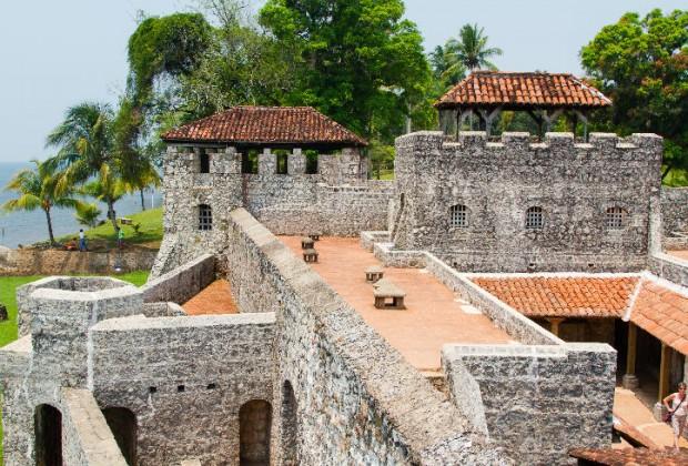 Castillo de San Felipe Lara. Fue construido para vigilar la entrada del antiguo reino de Guatemala por el Mar Caribe. Se construyó a orillas de Río Dulce.