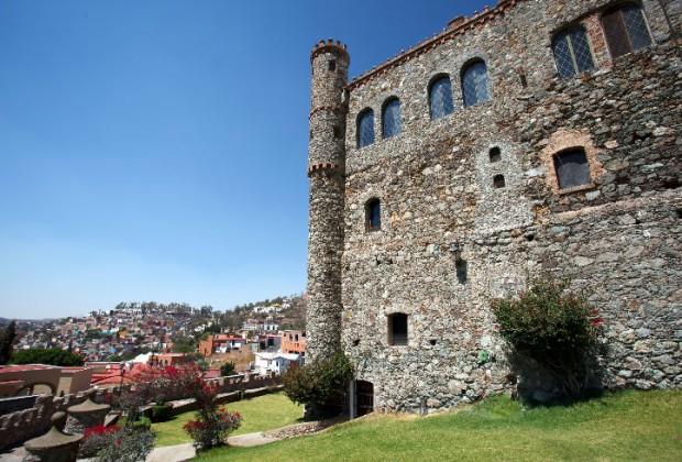 El Castillo de Santa Cecilia es una edificación localizada en la ciudad de Guanajuato, en el estado de Guanajuato, México. Comenzó a construirse en 1951 gracias a Manuel Quezada Brandy quien compro los terrenos de la antigua Hacienda, el edificio fue creado para ser un hotel con aspecto de un castillo medieval.