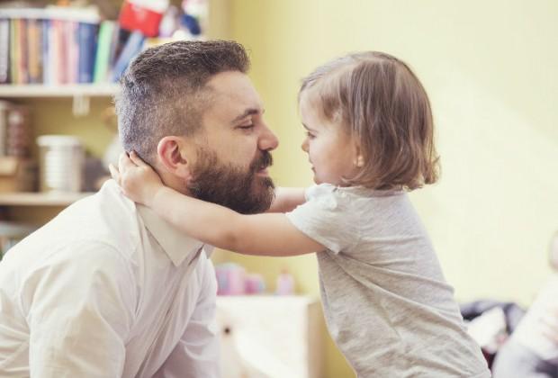 """1.- Debes ser un padre amoroso. Ella necesita amor, es más valioso que tu dinero o tus regalos, pues éstos no podrán arreglar los problemas de comunicación. Ella debe saber que tú la amas tal y como es, y que en casa de sus padres siempre la perdonarán y la entenderán. No sientas vergüenza de decirle """"te amo""""."""