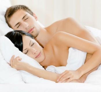 Beneficios de dormir desnuda