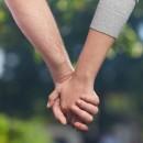 La forma de tomar la mano habla mucho de tu pareja