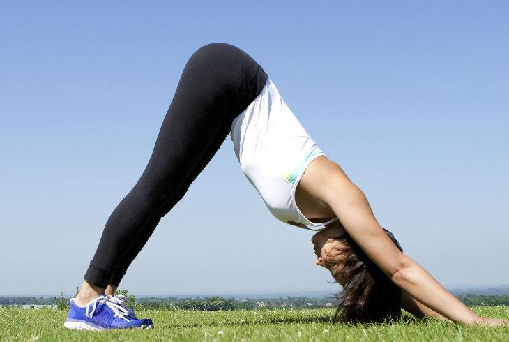 3.- Perro mirando hacia abajo. Esta posición te ayuda a estirar la cadera y las piernas, pero a la vez, él se puede posicionar detrás de ti para hacer una penetración más profunda. Lo ideal es que no dobles tus rodillas, así tendrás mejor estiramiento.