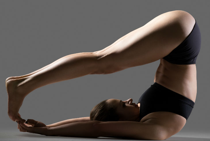 2.- Postura del Arado. Esta posición es un poco complicada, por lo tanto recomendamos tener mucho cuidado. Te acuestas boca arriba, el se pone de rodillas sobre tu cabeza, tocando con sus rodillas tus hombros y mirando hacia tus pies. Levanta tus caderas y abraza con tus piernas las caderas de tu amado.