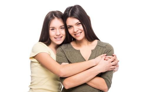 Adolescente madura con adolescente adolescente
