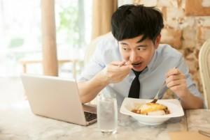 Comer en la oficina te hace subir de peso