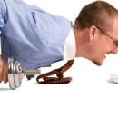 7 Ejercicios de pectorales para hacer en la oficina