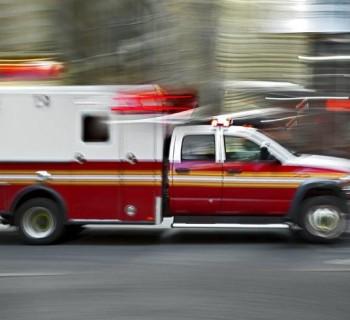 Qué hacer si una ambulancia con la sirena encendida le pega a tu autoº