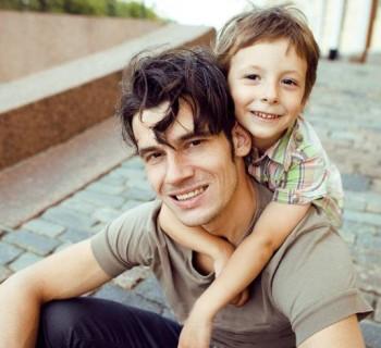 Padres amorosos con sus esposas crían hijos caballerosos
