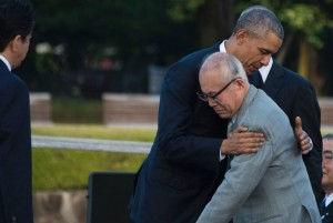 Barack Obama abraza a Shigeaki Mori, un sobreviviente de la bomba atómica. Foto: Jim Watson