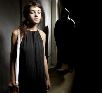 Características femeninas que atraen a los violadores