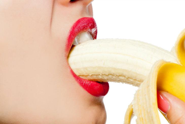 Chicas agarrando los talones garganta profunda