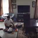 Mujer pone cámara oculta en casa para ver a padre e hijo