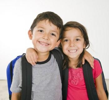 Entregan vales para uniformes y útiles escolares