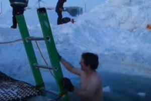 Australianos nadan en el mar helado