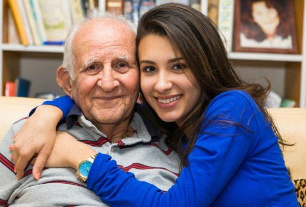 Crean aplicación para cuidar y consentir al abuelito de la casa