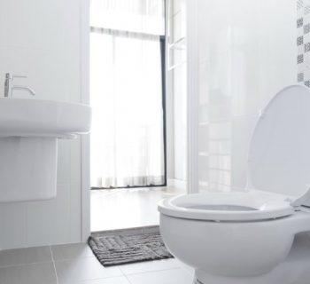 Cómo eliminar las manchas blancas de tu baño