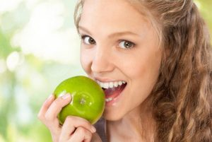 Ideas básicas para blanquear los dientes de forma natural