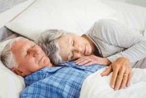 ¿Por qué dormimos menos al envejecer?