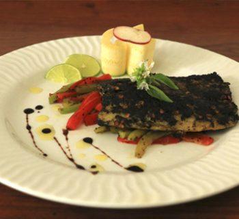 pescado con costra de chile pasilla