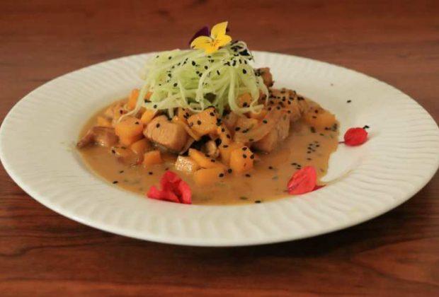 Prepara un pollo en salsa de coco con mango