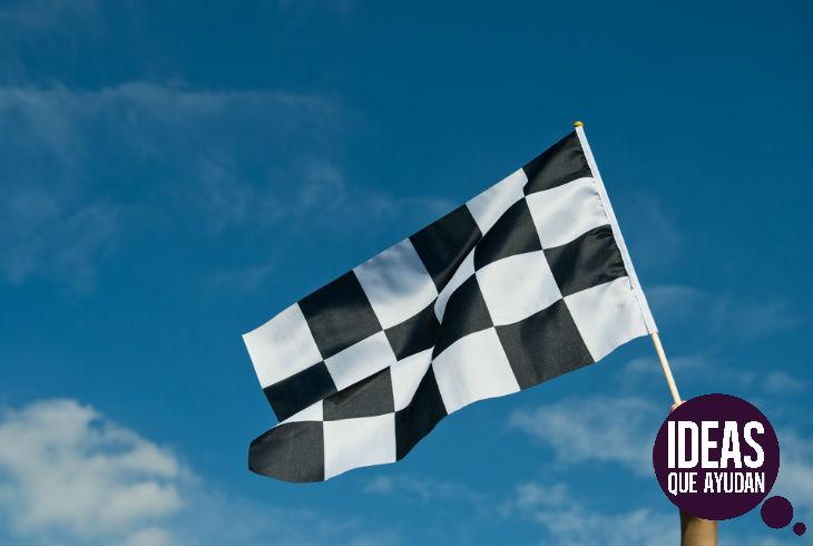 La bandera a cuadros indica el final de la carrera.
