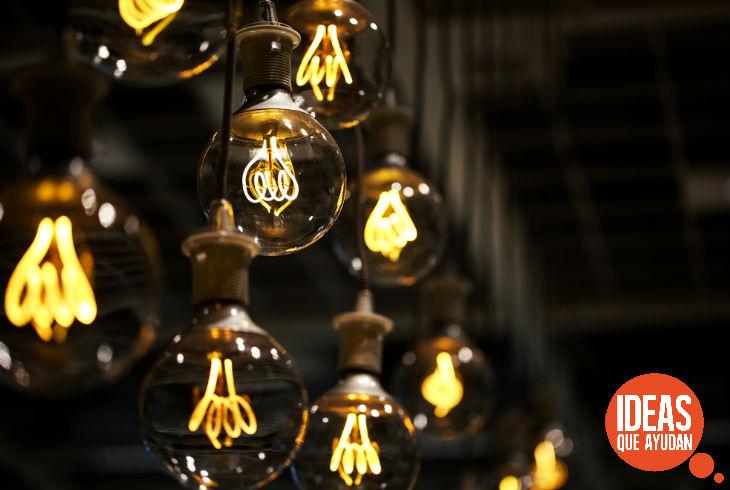 La versión oficial asegura que Alva Edison patentó la bombilla en 1880.