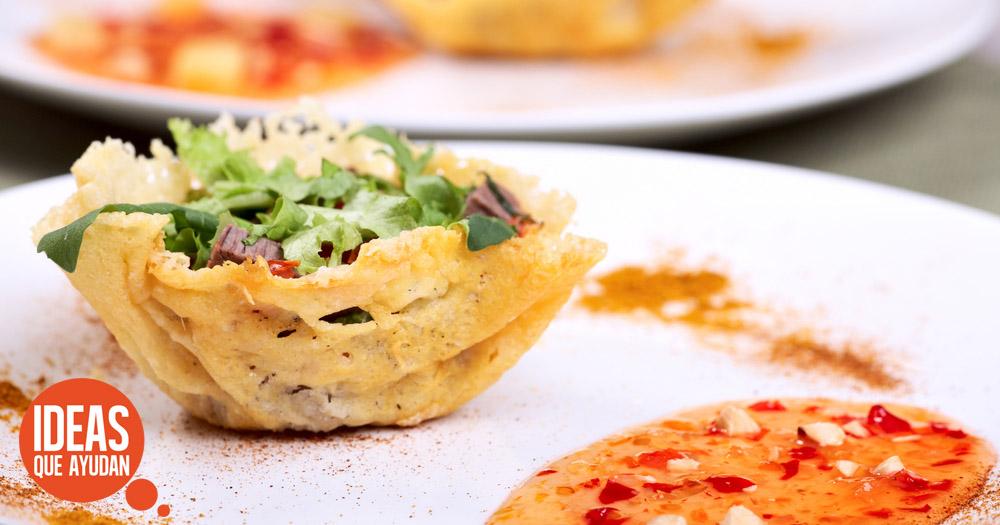 canasta parmesano con ensalada de lechuga